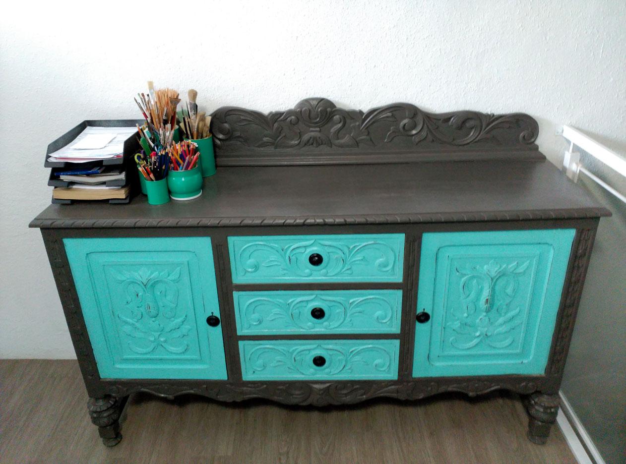 Restaurar muebles tunear un aparador en dos colores for Muebles de mimbre pintados