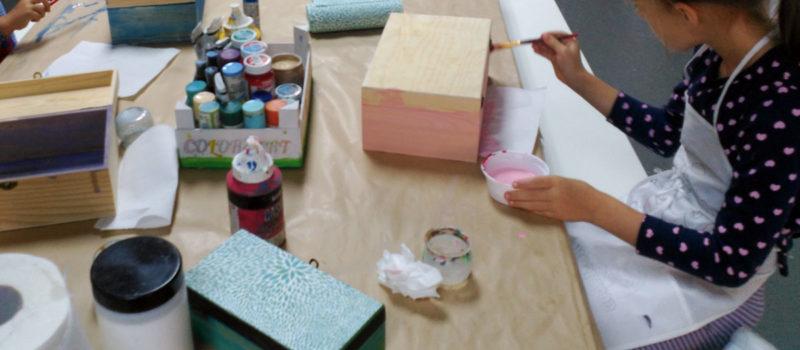 niña tintando caja