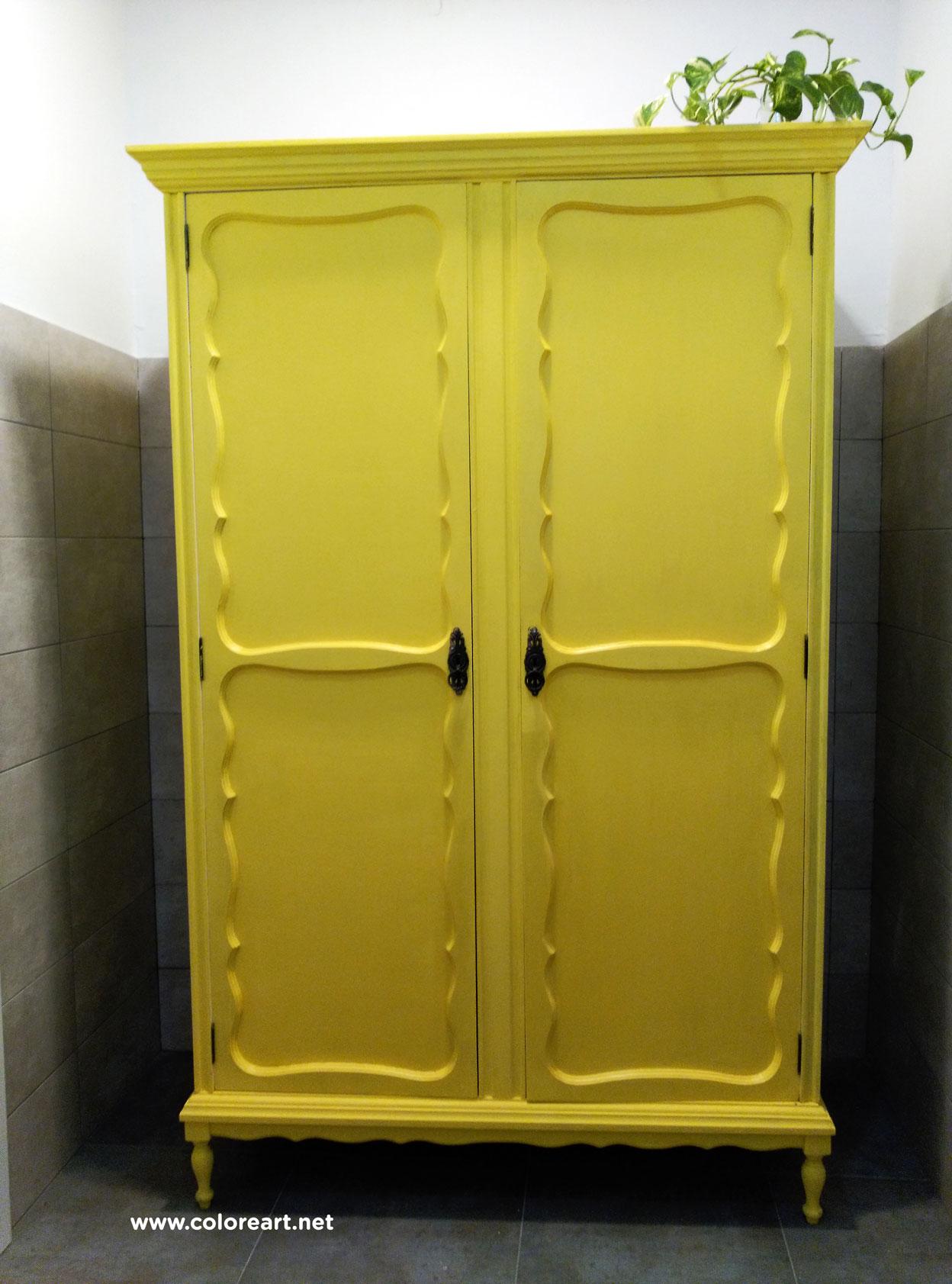 armario en dos colores de baño color amarillo